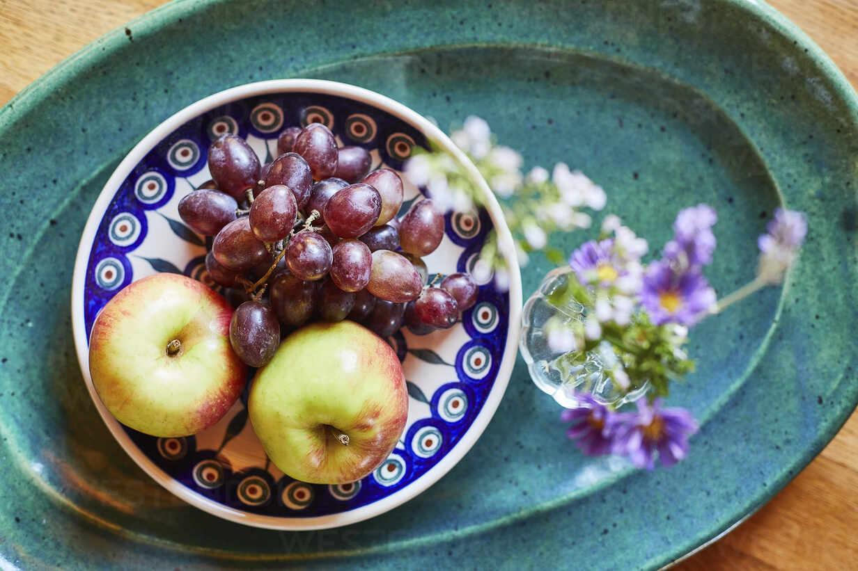 Schale mit frischen reifen Trauben und Äpfeln mit Blume - SABF00061 - SandraBielmeier/Westend61