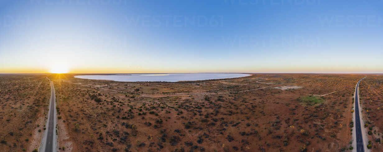 Australien, Südaustralien, Luftaufnahme des Stuart Highway und des Salzsees in der Lake Hart Area bei Sonnenuntergang - FOF12115 - Fotofeeling/Westend61