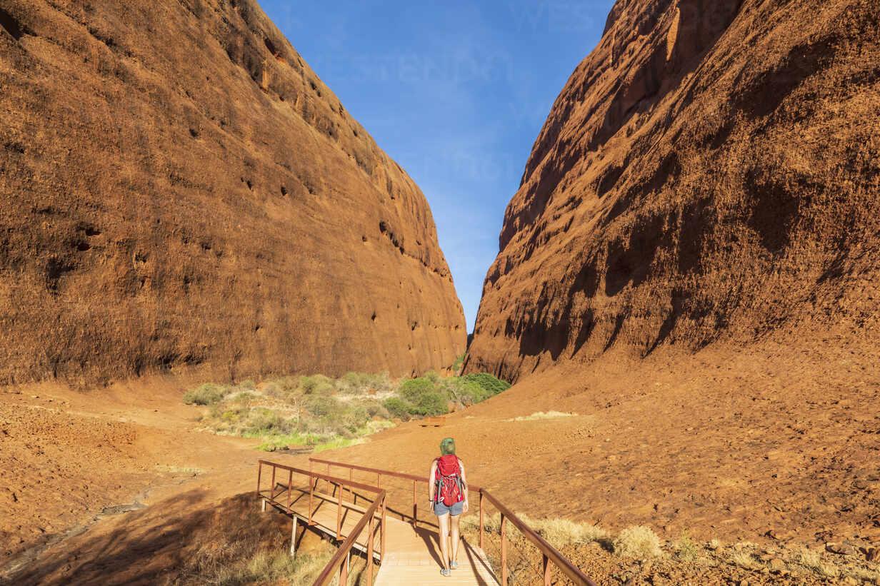 Australien, Ozeanien, Northern Territory, Zentralaustralische Wüste, Uluṟu Kata Tjuṯa Nationalpark, Kata Tjuṯa (die Olgas), Touristin (w) auf einer Wanderung zum Walpa Canyon - FOF12118 - Fotofeeling/Westend61