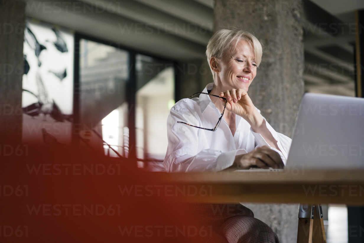 Deutschland, NRW, Oberhausen, Loft, Business, Büro, Coworking, Homeoffice, Frau, 47 Jahre - MOEF03597 - Robijn Page/Westend61