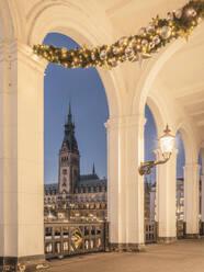 Deutschland, Hamburg, Alsterarkaden mit Weihnachtsdekoration und Blick auf das Rathaus - KEBF01797