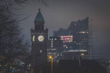 Deutschland, Hamburg, St. Pauli. Blick auf den Pegelturm und die Elbphilharmonie bei Nacht - KEBF01809