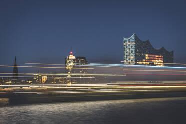 Deutschland, Hamburg, Blick über die Elbe auf die Elbphilharmonie mit vorbeifahrendem Schiff - KEBF01815