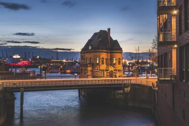 Deutschland, Hamburg, Speicherstadt, Blick auf die Polizeiwache - KEBF01818