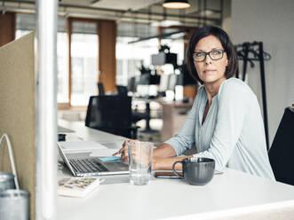 Deutschland, NRW, Gelsenkirchen, Business, Büro, Frau, 55 Jahre, - JOSEF03633