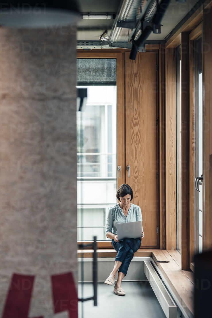Deutschland, NRW, Gelsenkirchen, Business, Büro, Frau, 55 Jahre, - JOSEF03651 - Joseffson/Westend61