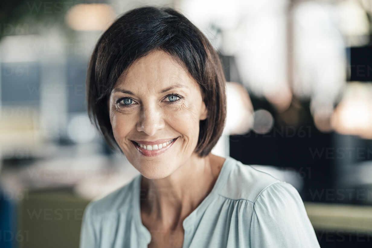 Smiling female entrepreneur in office - JOSEF03684 - Joseffson/Westend61