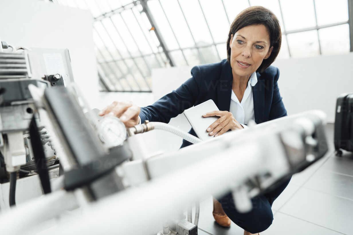 Deutschland, NRW, Gelsenkirchen, Business, Industrie, Büro, Frau, 55 Jahre, - JOSEF03810 - Joseffson/Westend61