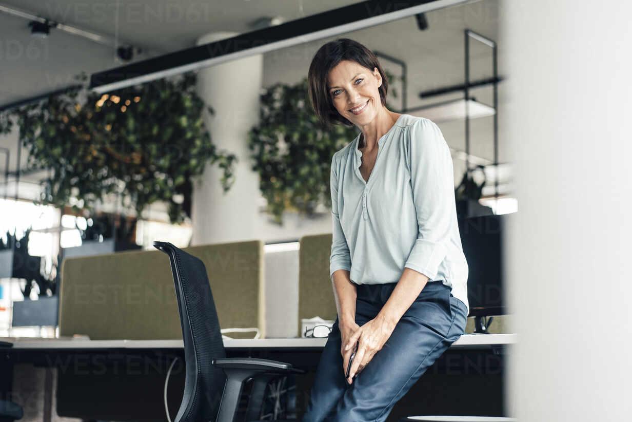 Deutschland, NRW, Gelsenkirchen, Business, Büro, Frau, 55 Jahre, - JOSEF03819 - Joseffson/Westend61