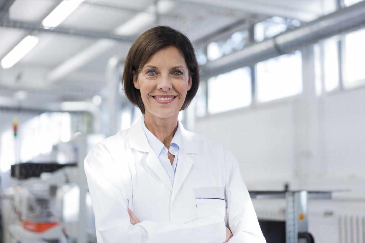 Smiling female scientist at laboratory - JOSEF03870 - Joseffson/Westend61