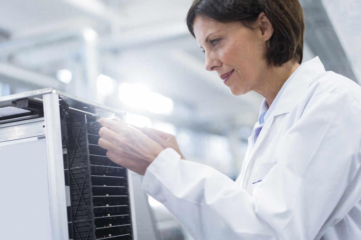 Lächelnde Technikerin bei der Analyse von Maschinen in der Industrie - JOSEF03876 - Joseffson/Westend61