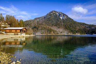 Bootshaus mit Jochberg, Walchensee im Winter, bei Urfeld, Oberbayern, Bayern, Deutschland - LBF03391