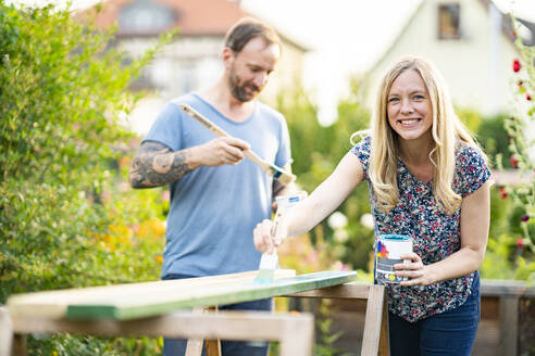 Deutschland, Hessen, Münzenberg, Paar arbeitet handwerklich im eigenen Garten, Eigenheim, Selbstverwirklichung, DIY, Handwerken, Beziehung, Holzarbeit - AKLF00090