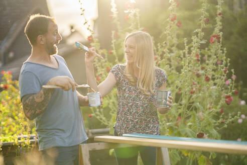 Deutschland, Hessen, Münzenberg, Paar arbeitet handwerklich im eigenen Garten, Eigenheim, Selbstverwirklichung, DIY, Handwerken, Beziehung, Holzarbeit - AKLF00093