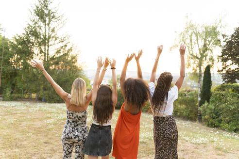 Deutschland, Hessen, Wiesbaden, Freundinnen haben Spaß im Sommer im Garten, Diversität, Gemeinschaft, Nähe, Werte, Lebensfreude, Zuversicht - AKLF00120