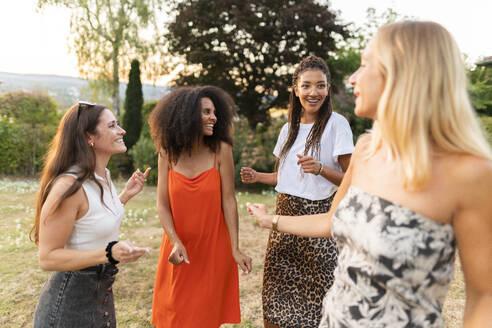 Deutschland, Hessen, Wiesbaden, Freundinnen haben Spaß im Sommer im Garten, Diversität, Gemeinschaft, Nähe, Werte - AKLF00123
