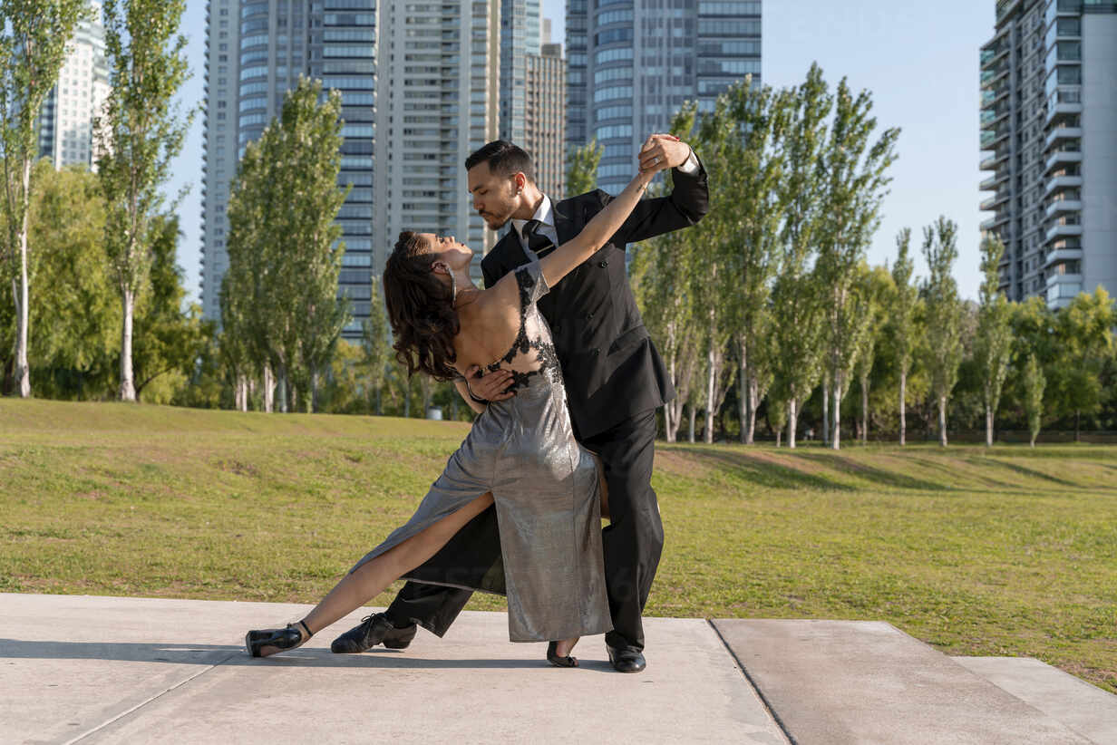 Male and female dancers dancing in public park – Stockphoto