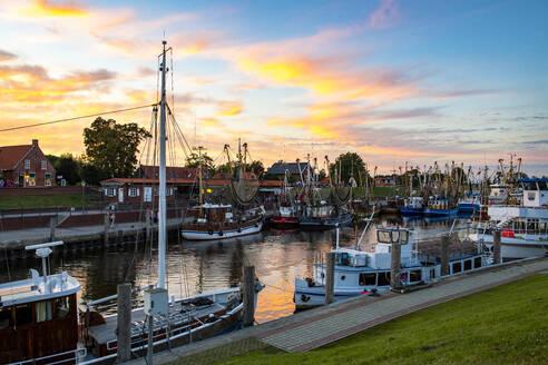 Abendstimmung im Hafen von Greetsiel, Krummhörn, Ostfriesland, Niedersachsen, Deutschland, - LHF00853
