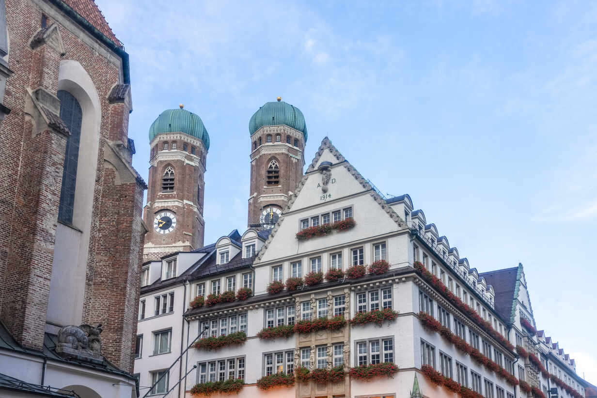 Frauenkirche twin towers with commercial historic kaufhaus under sky at  Munich, Bavaria, Germany – Stockphoto